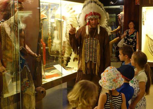 """Familiennachmittag mit Museumsmaskottchen """"Kleiner Bär"""" und Yakari: Museumsmaskottchen führt die Besucher im Indianerkostüm durch die Ausstellungen"""