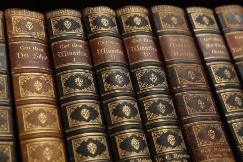 Detailaufnahme von alten Winnetou-Bänden