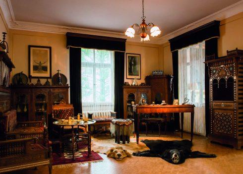 Blick in Karl Mays Arbeitszimmer mit orientalischen Möbeln
