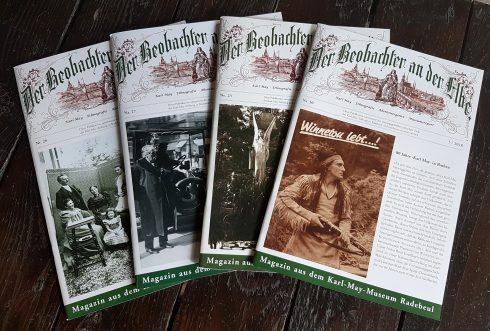 """vier Hefte des Museumsmagazins """"Der Beobachter an der Elbe"""" auf einem Tisch"""