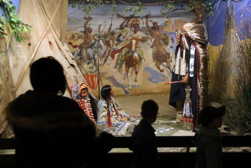 """Besucher betrachten das Diorama """"Heimkehr von der Schlacht"""""""