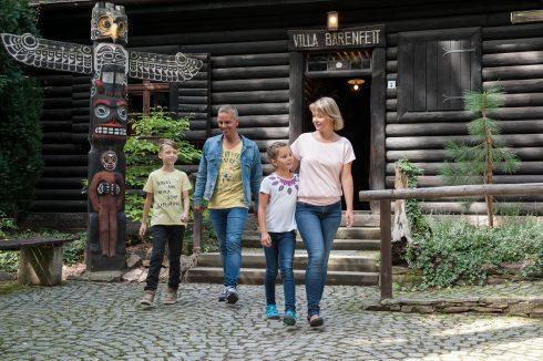 Familie kommt aus der Villa Bärenfett im Sommer