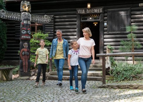 Family is leaving Villa Bärenfett log cabin in the summer