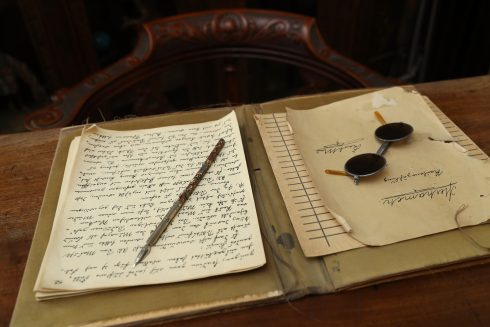 """Feder und das Original-Manuskript von """"Merhameh"""" auf Karl Mays Schreibtisch"""
