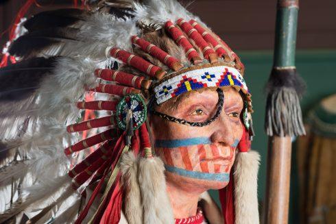 """Gesicht der Kostümfigur Dakota-Häuptling in der Ausstellung """"Indianer Nordamerikas"""""""