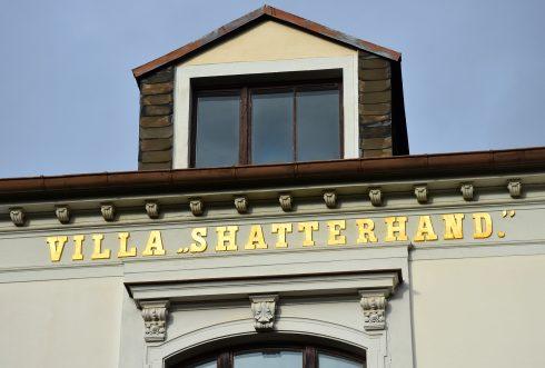 Goldene Letter an der Fassade der Villa Shatterhand