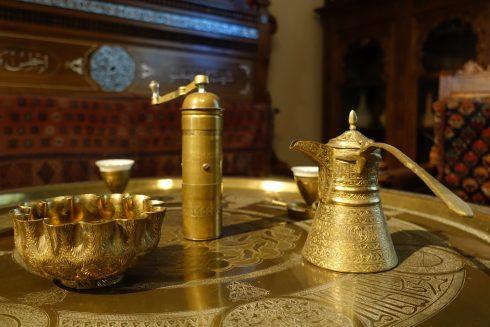 goldenes orientalisches Kaffeegeschirr in Karl Mays Arbeitszimmer