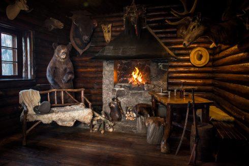gemütlicher Kaminraum im flackerndem Feuer in der Villa Bärenfett