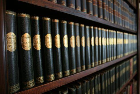 Blick auf grün-goldene Karl-May-Bände in der Bibliothek
