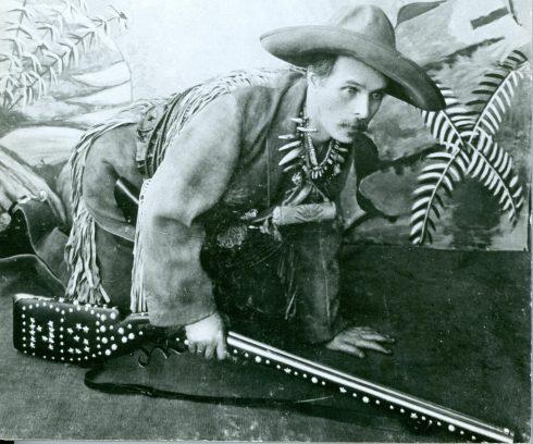 Karl May schleichend als Old Shatterhand, 1896