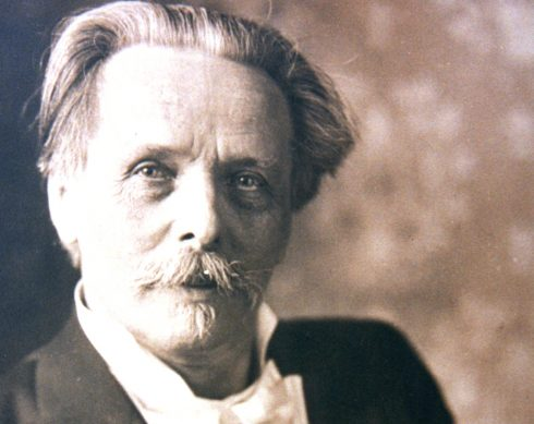 schwarz-weiß Porträt Karl May um 1905 mit grauen Haaren und Anzug