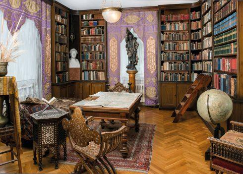 Blick in Karl Mays Bibliothek mit ca. 3000 teils seltenen Bänden