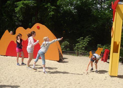 Kinder über Werfen auf dem Spielplatz im Museumspark