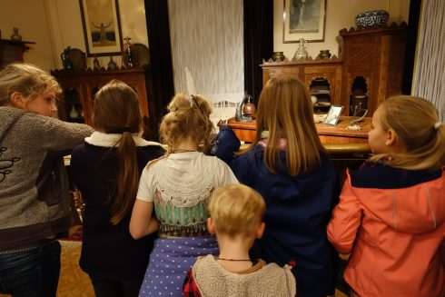 Kinder betrachten das Arbeitszimmer Karl Mays