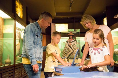 eine Familie mit zwei Kindern entdeckt die Kinder-Aktiv-Station