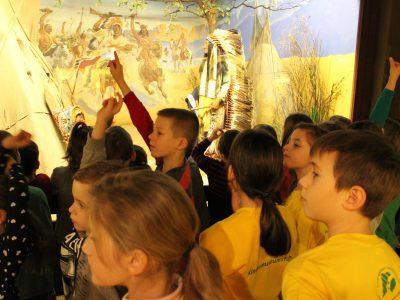 Kindermuseumsführer in gelben T-Shirts führen eine Gruppe durch die Ausstellungen