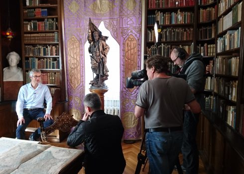 MDR-Dreh-Team interviewt Museumsdirektor Christian Wacker in Karl Mays Bibliothek