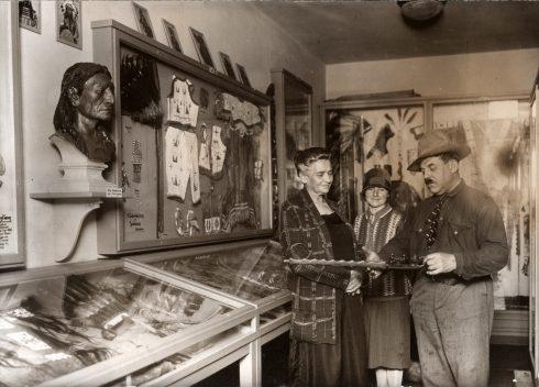 """historisches Foto: Museumsgründer Patty Frank und Klara May in der Ausstellung """"Indianer Nordamerikas"""""""