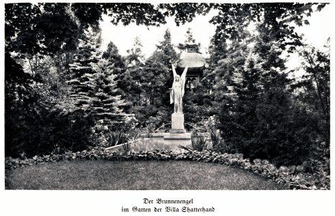 schwarz-weiße historische Postkarte von der Brunnenengel-Figur im Garten der Villa Shatterhand