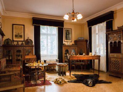 Karl Mays Arbeitszimmer mit orientalischen Möbeln