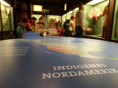 "Blick über die Nordamerika-Karte in die Ausstellung ""Indianer Nordamerikas"""
