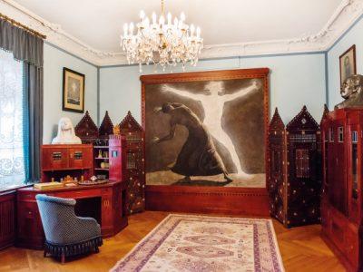 Karl Mays Empfangszimmer mit einem Wandbild von Jugendstilmaler Sascha Schneider