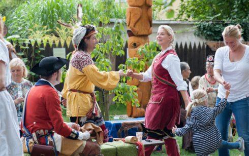 Veranstaltungen im Karl-May-Museum: tanzende Hobby-Indianer zum Indianischen Erntedankfest