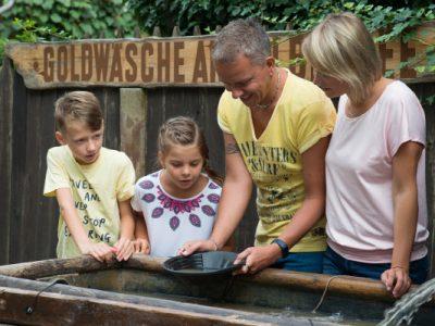 Familie schürft Goldnuggets an der Goldwäsche