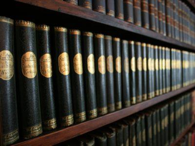 grün-goldene Karl-May-Bände in der Bibliothek