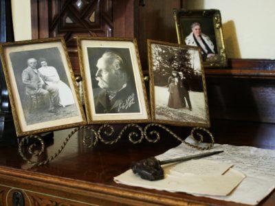 drei Fotos von Karl und Klara May auf einem Schreibtisch