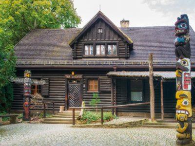 """Blockhaus Villa Bärenfett im Sommer mit der Ausstellung """"Indianer Nordamerikas"""""""