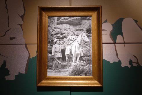 """Kabinettausstellung """"Winnetou lebt...! 80 Jahre Karl May auf der Felsenbühne Rathen"""": Winnetou und Old Shatterhand 1984"""