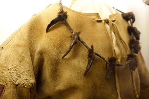 """Kabinettausstellung """"Winnetou lebt...! 80 Jahre Karl May auf der Felsenbühne Rathen"""": Jürgen Haases braunes Winnetou-Kostüm mit einer Bärenkrallenkette"""