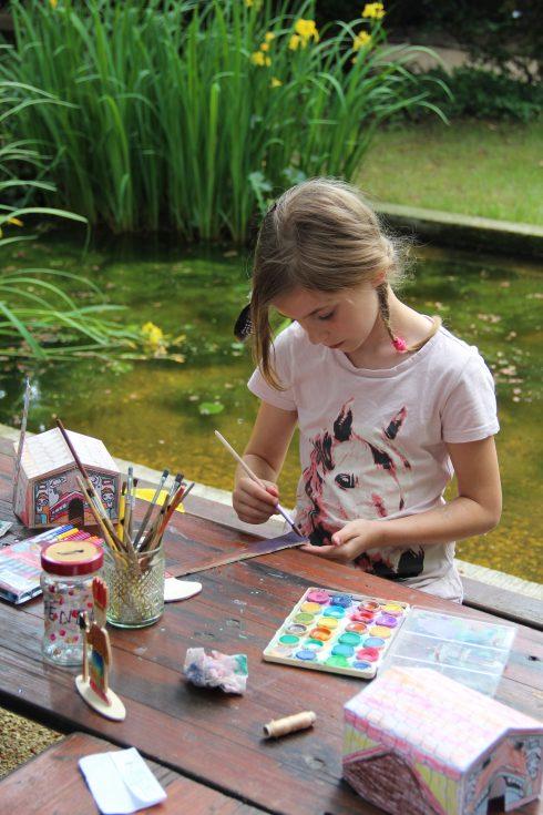 Mädchen beim Basteln und Malen