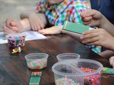Kinder gestalten Perlenarbeiten