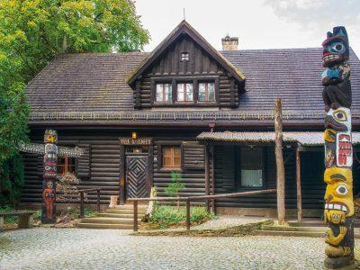 """Blick auf das Blockhaus Villa Bärenfett mit der Ausstellung """"Indianer Nordamerikas"""" im Sommer"""