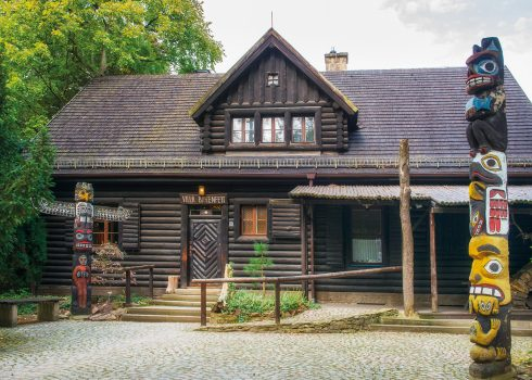 "wildwest-blokhut ""Villa Bärenfett"" in de zomer: tentoonstelling Indianen van Noord-Amerika"