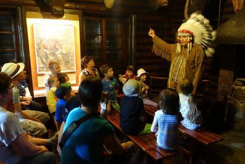 """Familiennachmittag mit Museumsmaskottchen """"Kleiner Bär"""" und Yakari im Kaminraum: Museumsmaskottchen führt Besucher mit Indianerkostüm durch die Ausstellung"""