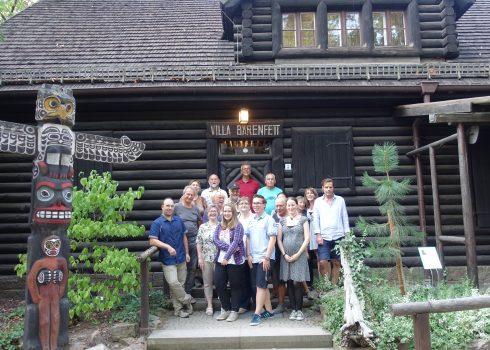 Team des Karl-May-Museums vor der Villa Bärenfett
