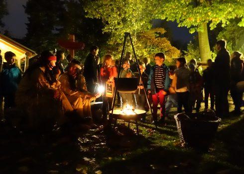 """Kindermuseumsnächte """"Nachts bei Karl May"""": Kinder stehen um ein Lagerfeuer"""
