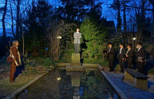 """Theaterstück """"Erzähle nicht die Wahrheit, solange dir etwas Interessanteres einfällt"""" im Museumspark: Karl-May-Darsteller steht auf dem Sockel am Teich"""