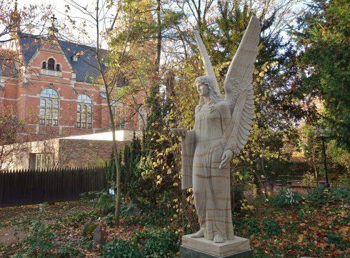 die Brunnenengelskulptur im Museumspark im Herbst