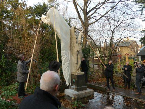 feierliche Enthüllung der Brunnenengelskulptur am Museumsteich am 1. Dezember 2018 mittels Holzstangen