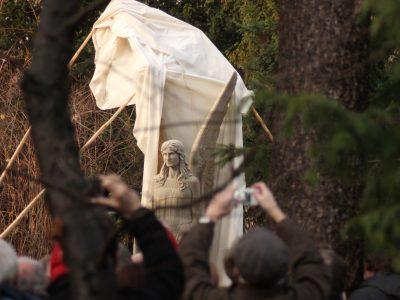 Nahaufnahme der feierlichen Enthüllung des Brunnenengels anlässlich des 90. Museumsgeburtstages am 1. Dezember 2018