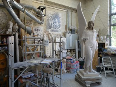 Gipsmodell der Brunnenengelfigur in der Steinmetzwerkstatt