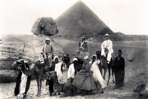 Klara Plöhn, Karl May und Emma May posieren im April 1900 für ein Foto vor den Pyramiden von Gizeh