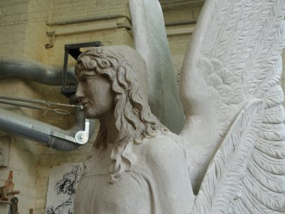 Kopfbereich des Gipsmodells der Brunnenengelfigur