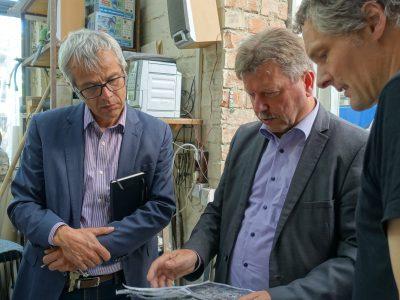Planungen für die Rekontruktion der Brunnenengelfigur durch drei Herren
