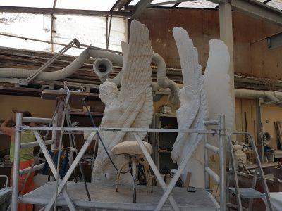 Sandsteinskulptur und Gipsmodell des Brunnenengels in der Steinmetzwerkstatt