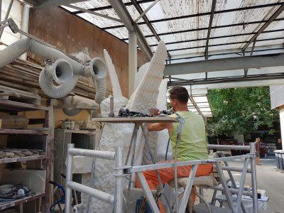 Steindbildhauer Marcus Faust beim Bearbeiten des Sandsteinengels in der Werkstatt
